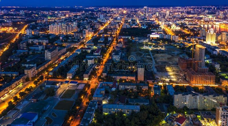 Panorama- flyg- sikt av den upplysta staden för natt med ljus arkivfoto