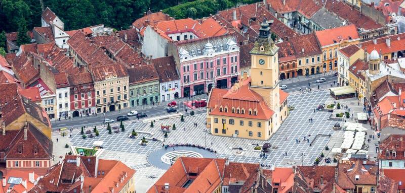 Panorama- flyg- sikt av det historiska stadshuset i Brasov royaltyfria bilder