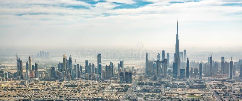 Panorama- flyg- sikt av Dubai horisont, UAE arkivbilder