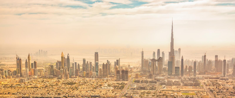 Panorama- flyg- sikt av Dubai horisont, UAE arkivfoton