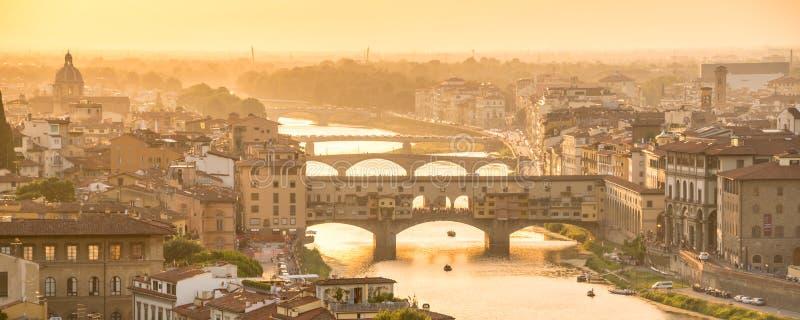 Panorama- flyg- sikt av Florence på solnedgången med Ponten Vecchio och den Arno floden, Tuscany Italien arkivfoto