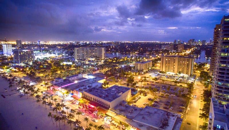 Panorama- flyg- sikt av Fort Lauderdalekustlinjen på natten, Flo arkivfoton