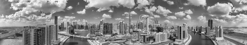 Panorama- flyg- sikt av i stadens centrum Dubai skyskrapor, UAE arkivbilder