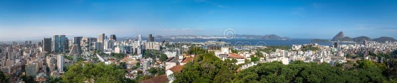 Panorama- flyg- sikt av i stadens centrum Rio de Janeiro med det Sugar Loaf berget på bakgrund - Rio de Janeiro, Brasilien arkivfoton