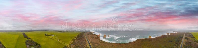 Panorama- flyg- sikt av kustlinjen för tolv apostlar med beautifu arkivfoton