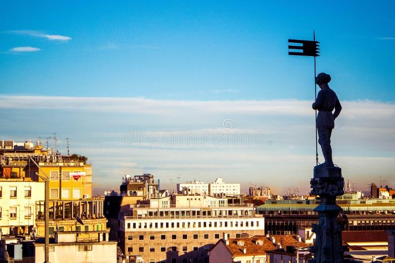 Panorama- flyg- sikt av Milan på stadsmitt från taket av den gotiska domkyrkaduomoen, Milan, Italien arkivfoton