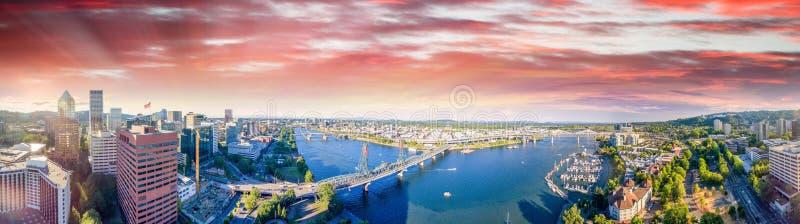 Panorama- flyg- sikt av Portland horisont och den Willamette floden royaltyfri fotografi