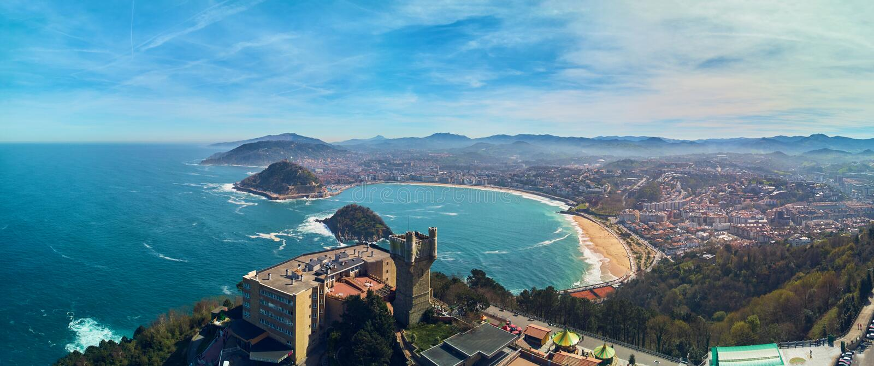Panorama- flyg- sikt av San Sebastian Donostia Spanien fotografering för bildbyråer