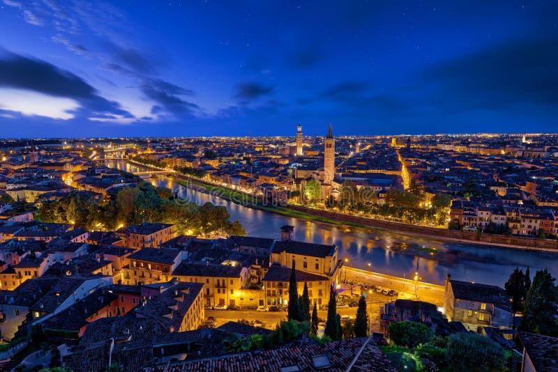 Panorama- flyg- sikt av Verona, Italien på den blåa timmen, efter summe royaltyfria bilder
