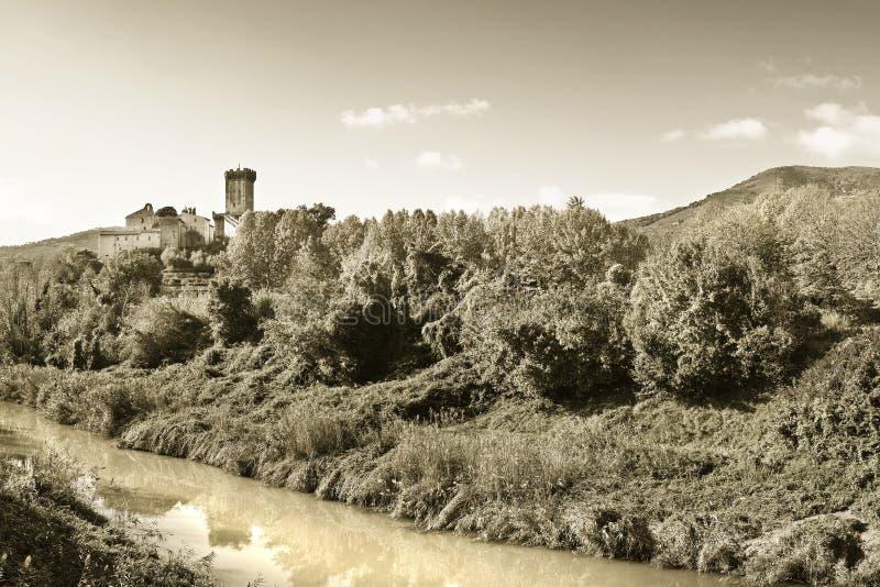Panorama- foto av den berömda medeltida citadellen av Vicopisano Italien - Tuscany - Pisa fotografering för bildbyråer