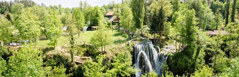 Panorama- foto av vattenfallet på den Korana floden i by av Rastoke Nära Slunj i Kroatien royaltyfri fotografi