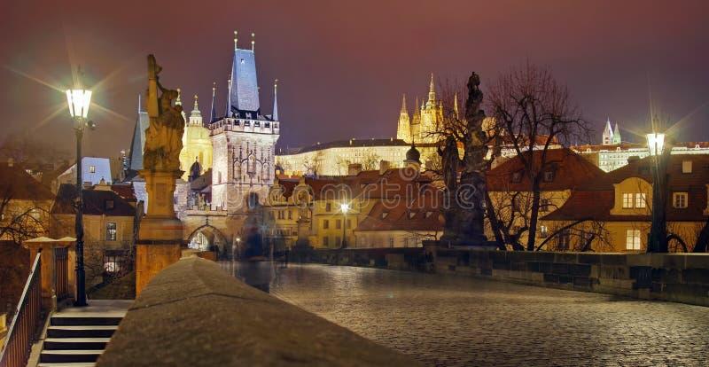 Panorama från Charles Bridge Gränsmärkedragning i Prague: Prague slott och katolskt helgon Vitus Cathedral - Tjeckien arkivbilder