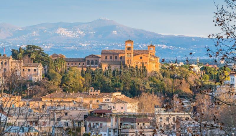 Panorama från den Gianicolo terrassen med den Aventine kullen och basilikan av Santa Sabina, i Rome, Italien arkivfoton