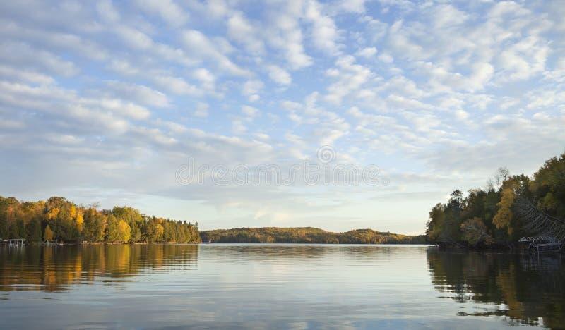 Panorama från en sjö i norra Minnesota på en ljus morgon under hösten arkivbilder