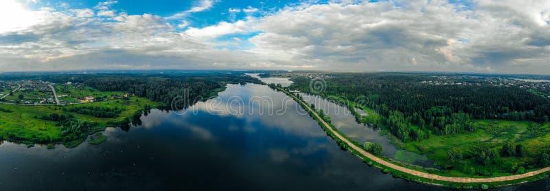 Panorama från ett surr av en blå flod och en grön skog i Ryssland royaltyfri fotografi