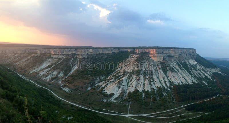 Panorama från grottastadChufut-grönkålen på ett plant berg i solnedgångljuset arkivbilder