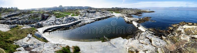 Panorama från Sjobadet Myklebust offentliga simbassäng inbyggda i kustlinjen Tananger royaltyfri bild
