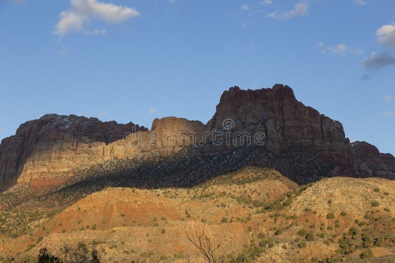 Panorama fuertemente puesto en contraste y colorido de la montaña en Springdale, cerca de Zion National Park foto de archivo