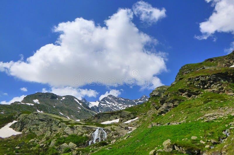 Panorama góry z łąkami i siklawami fotografia stock