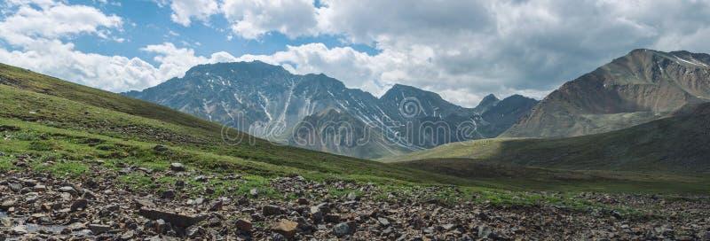 Panorama góry zakrywać z zielenią i niebieskim niebem z chmurami Widok dolina zdjęcie royalty free