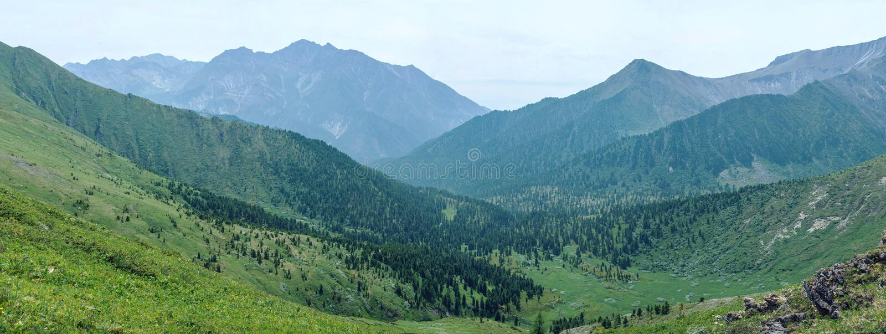 Panorama góry zakrywać z zielenią i niebieskim niebem z chmurami Widok dolina obraz stock