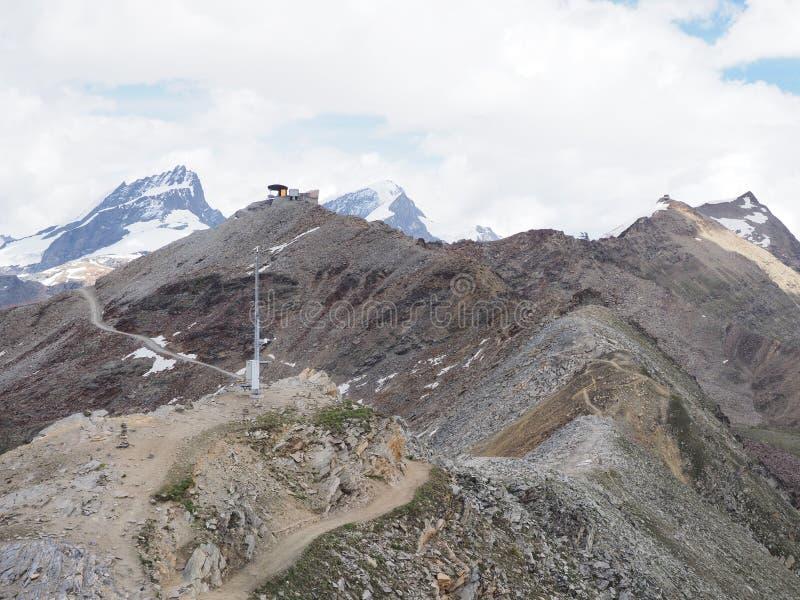 Panorama geological impressionante da paisagem alpina da escala de montanhas em cumes suíços em SUÍÇA foto de stock royalty free