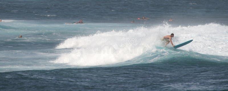 Panorama geschossen: Surfer auf einem Surfbrett lizenzfreies stockbild