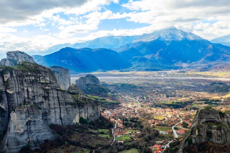 Panorama griego del pueblo de Kastraki en el valle entre rocas y montañas escarpadas en el fondo, Kastraki, Trinkala, Thessaly, foto de archivo