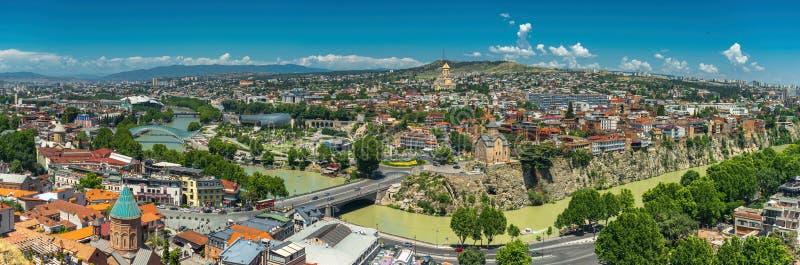 Panorama- härlig bästa sikt av den historiska delen av Tbilisi Georgia i sommar arkivfoton