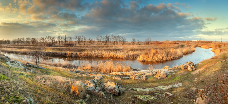panorama- härlig liggande Höst på floden arkivbild