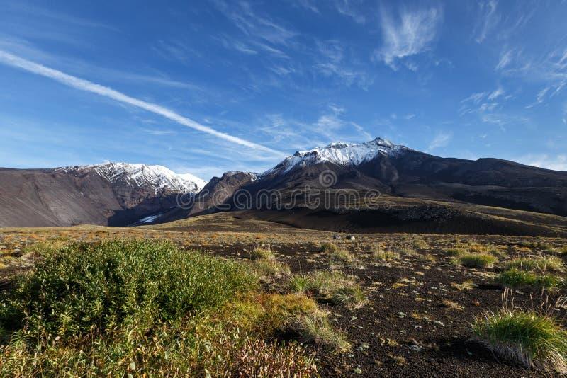 Panorama: härligt vulkaniskt höstlandskap av Kamchatka arkivfoto