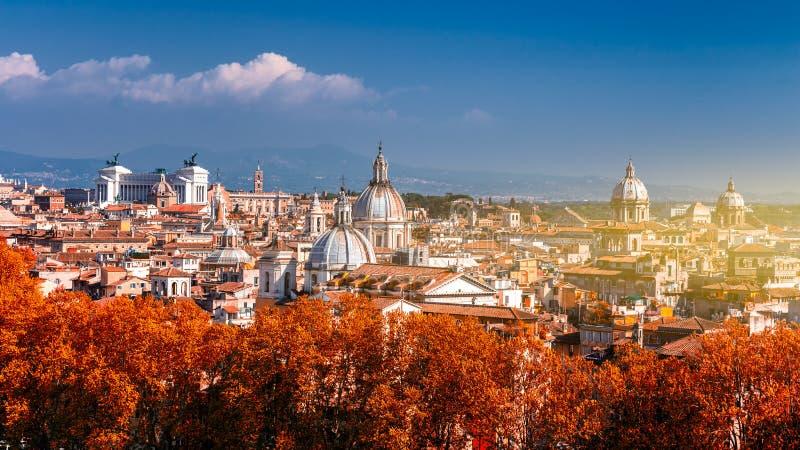 Panorama- höstsikt över den historiska mitten av Rome, Italien fr royaltyfri fotografi