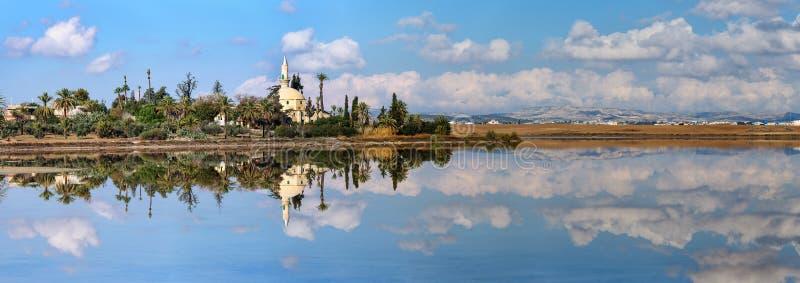 Panorama Hala Sultan Tekke i Cypern royaltyfria bilder