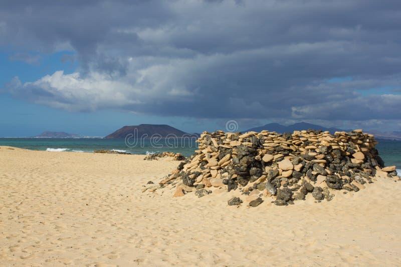 Panorama- havsikt Vulkan svart vaggar textur för bakgrundsmakrosand sun för hav för bakgrundsfiordsstråle horisont fotografering för bildbyråer