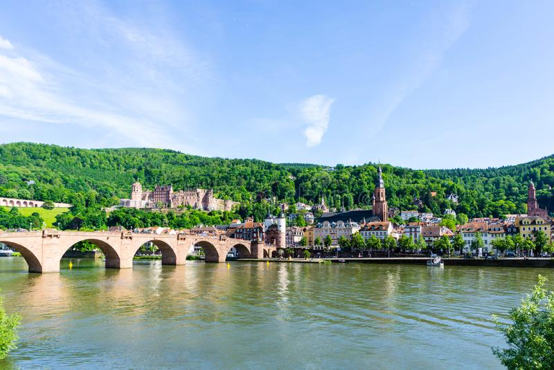Panorama Heidelberg z mostem przy niebieskim niebem, Niemcy zdjęcie royalty free