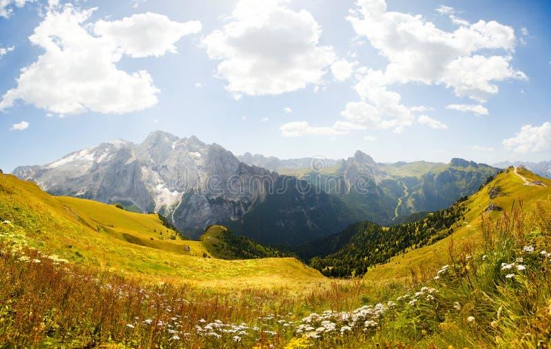 Panorama hermoso de la montaña - glaciar del marmolada foto de archivo libre de regalías