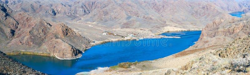 Panorama hermoso de la montaña y del lago IL del Kazakh imagenes de archivo