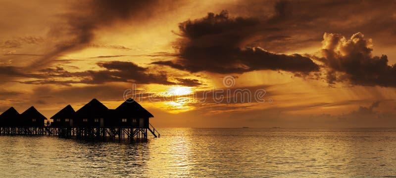 Panorama hermoso de la puesta del sol tropical imágenes de archivo libres de regalías