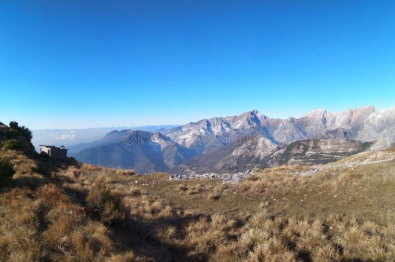 Panorama hermoso de los picos y de los valles de las montañas de Apuan en Toscana cielo azul limpio y montañas impresionantes Vis imagen de archivo