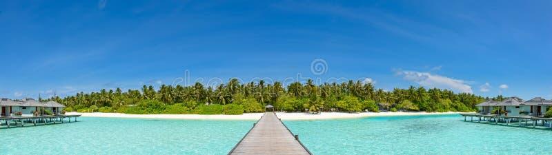 Panorama hermoso del centro turístico isleño tropical en Maldivas foto de archivo