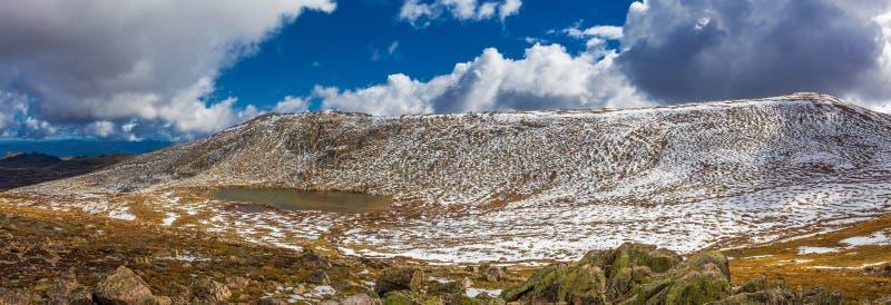 Panorama hermoso del lago Cootapatamba y de montañas nevosas en M fotos de archivo