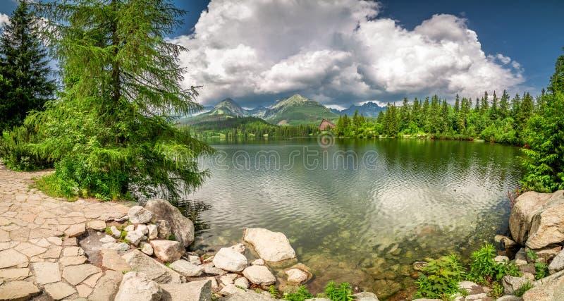 Panorama hermoso del lago strbske Pleso, Eslovaquia fotografía de archivo libre de regalías