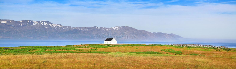 Panorama hermoso del paisaje con la casa vieja en Islandia foto de archivo