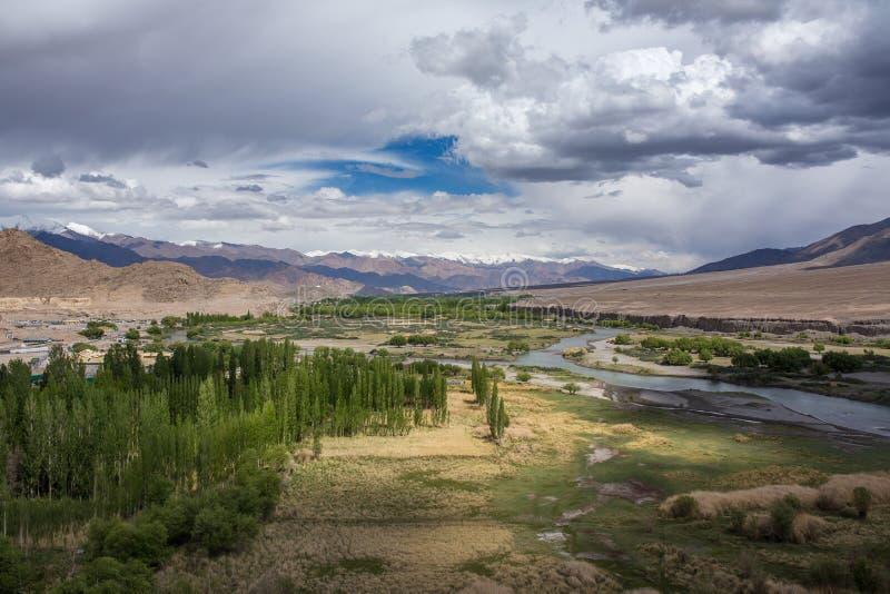 Panorama hermoso del valle verde de Indus cerca de la ciudad de Leh en Ladakh imagenes de archivo