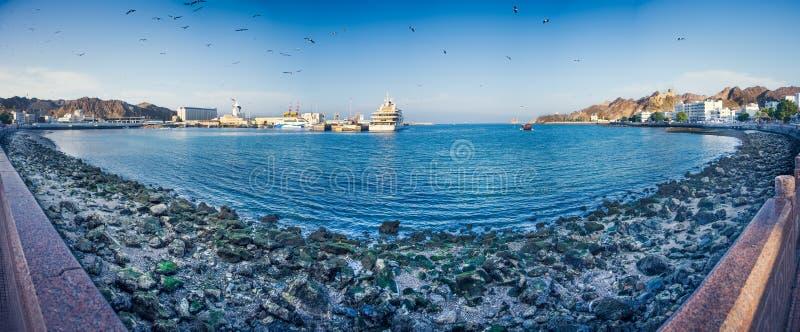 Panorama of het fort van Corniche en Mutrah-in Muscateldruif royalty-vrije stock foto