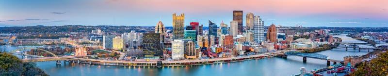 Panorama het van de binnenstad van Pittsburgh stock foto's