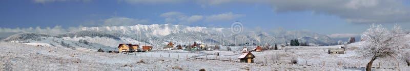 Panorama hivernal de las montañas de Piatra Craiului imágenes de archivo libres de regalías