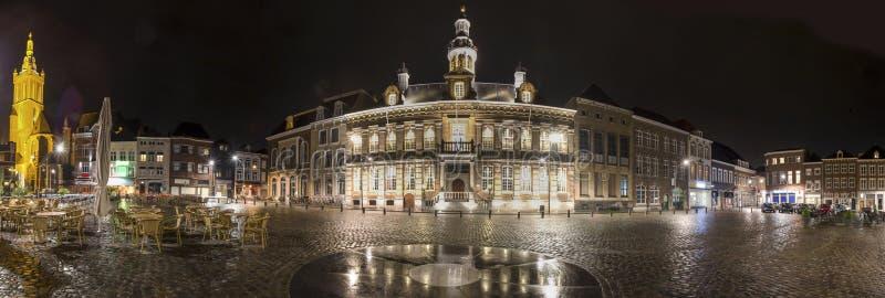 panorama holandés de la definición de la ciudad histórica del roermond alto en la noche fotografía de archivo