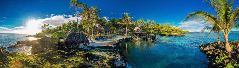 Panorama- holoidaysläge med korallreven och palmträd, Upo arkivbild