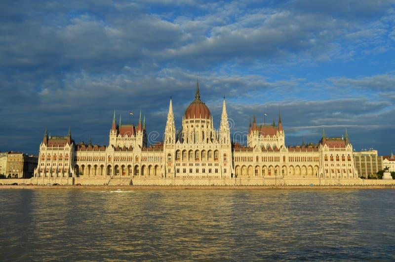 Panorama hongrois de rive de bâtiment du Parlement dans le coucher du soleil photos stock